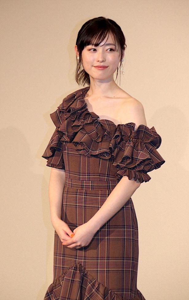 【写真を見る】福原遥、ワンショルダーのドレスでセクシーに肩出し!