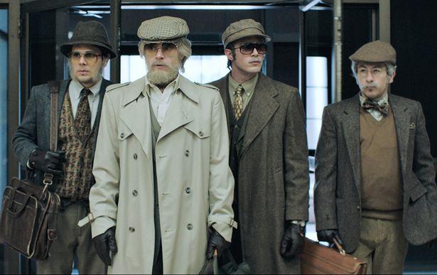高価な本を盗むため老人に変装する4人