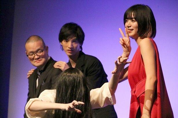 『貞子』の完成披露試写会で貞子と池田エライザが対面