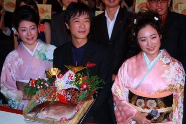 大鯛と共にフォトセッション。仲間由紀恵、松坂慶子の和装が美しい