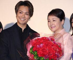 TAKAHIRO、松坂慶子を王子様エスコート&熱い抱擁!「これからもお母さんと呼ばせて」