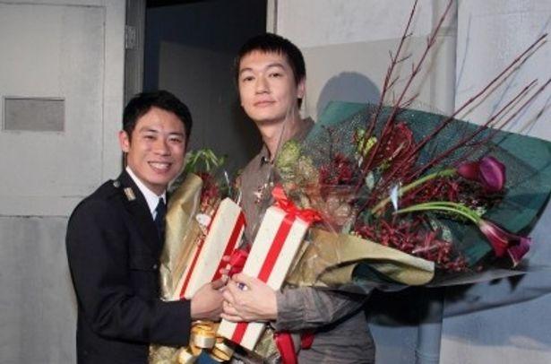 クランクアップで笑顔を見せる伊藤淳史、ARATA(写真左から)