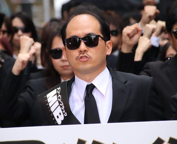 【写真を見る】貫禄のヒゲ&サングラス姿で登場したトレンディエンジェル斎藤司