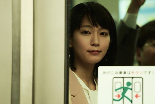 物語の鍵を握る謎の女性、麻由子を吉岡里帆が演じる