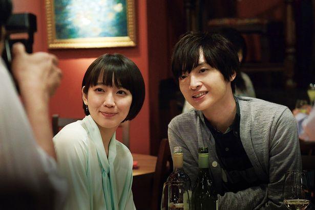 【写真を見る】玉森裕太、吉岡里帆と恋人役。ラブラブな寄り添いショット