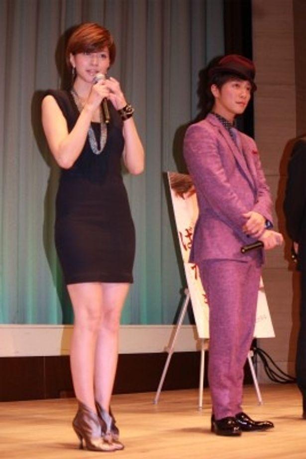 【写真をもっと見る】内田有紀の抜群のプロポーションが引き立つぴったりフィットのニットドレス