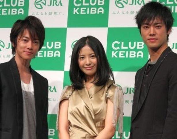 「2011年 JRA ナビゲーター」に起用された佐藤健さん、吉高由里子さん、桐谷健太さん(左から)