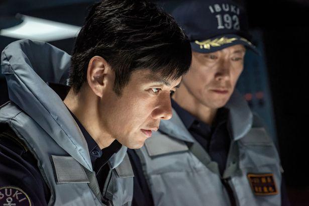 万一の際には武力行使もいとわない、いぶき艦長の秋津(西島秀俊)と、人命第一で行動してきた副長の新波(佐々木蔵之介)