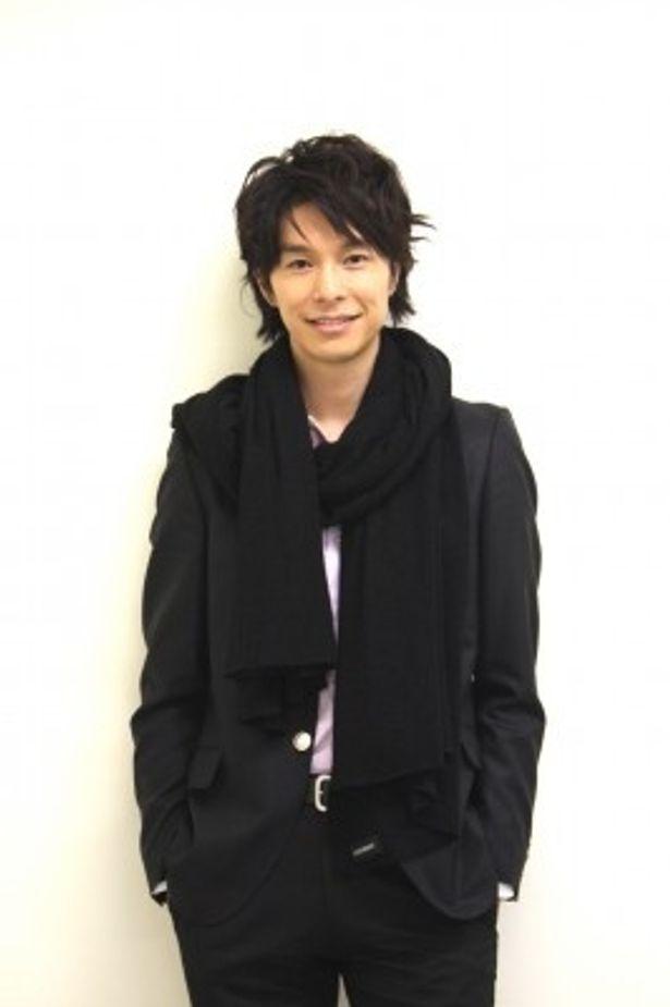 鈴木行の役衣装でインタビューを受ける長谷川博己