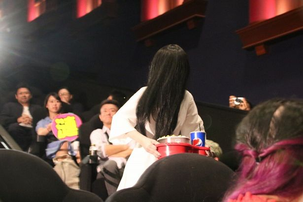 【写真を見る】会場騒然!貞子がポップコーンを持っていきなり登場!
