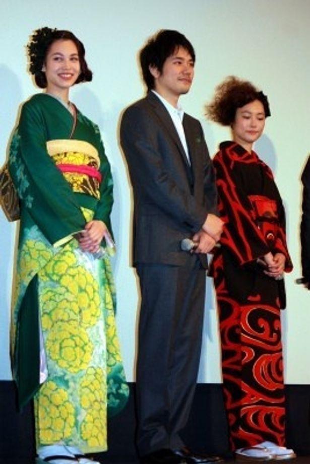 映画「ノルウェイの森」の初日舞台あいさつに出席した水原希子、松山ケンイチ、菊地凛子(写真左から)
