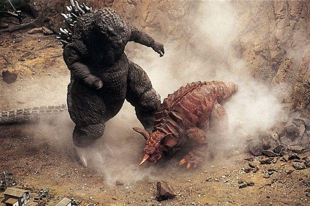 バラゴンは体長30m、体重1万t。本作のゴジラは、54年に東京を襲ったゴジラで、戦争で死んだ人々の怨念の集合体という設定