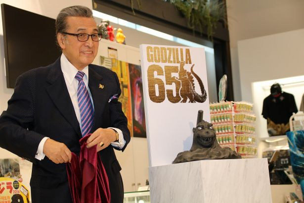 ゴジラとのコラボ商品「南部鉄瓶ゴジラ」をお披露目した宝田明
