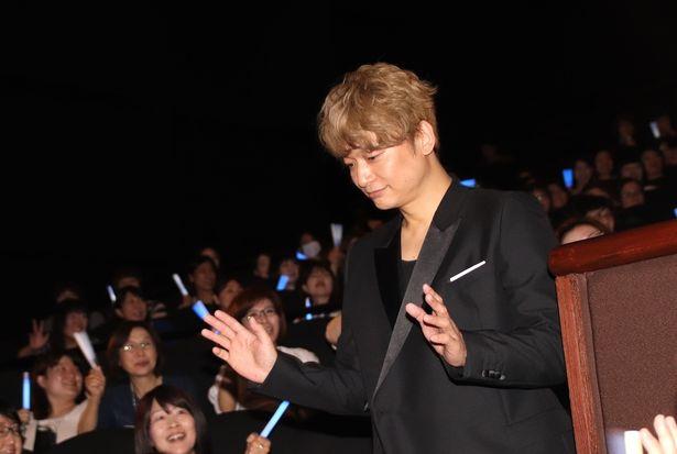 【写真を見る】香取慎吾、客席の間を通って登場!大歓声を浴びた