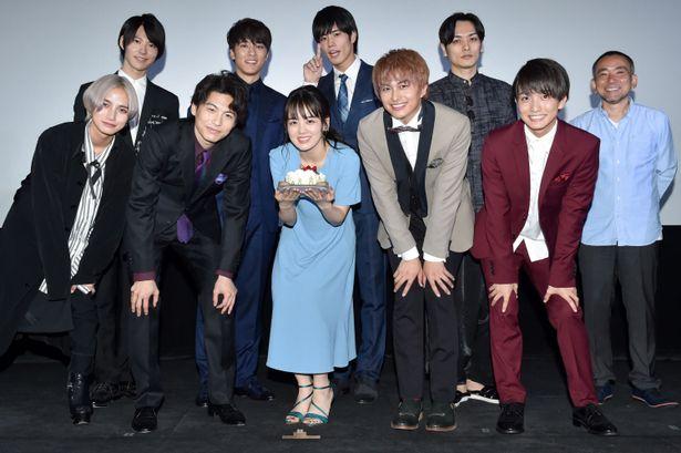 伊原六花主演の映画「明治東亰恋伽」の完成披露イベントが開催。伊原をはじめ、小林豊ら出演者陣や監督が舞台あいさつに登壇した