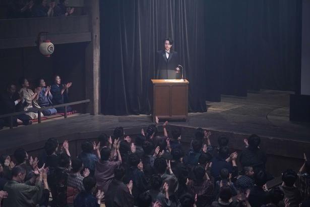 映画初主演の成田凌が無声映画の「活動弁士」を演じる本作