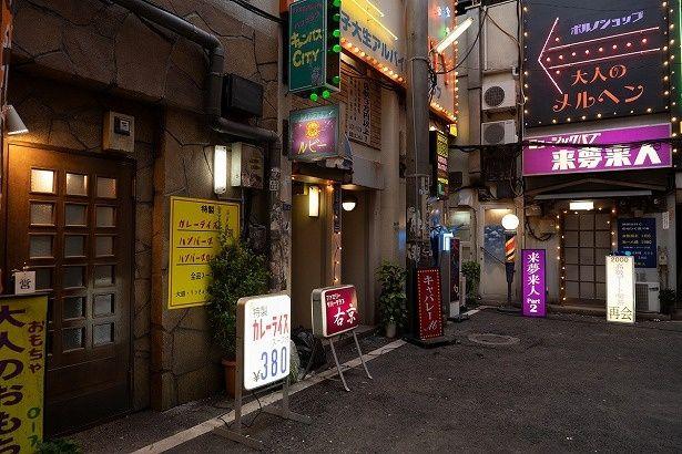 昭和の歌舞伎町を再現した、路地裏のオープンセット