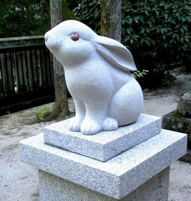 """京都市左京区にある「東天王 岡崎神社」は、境内に置かれた像はもちろん、御守りやおみくじにいたるまで、ウサギがいっぱいの""""ウサギ神社""""だ"""