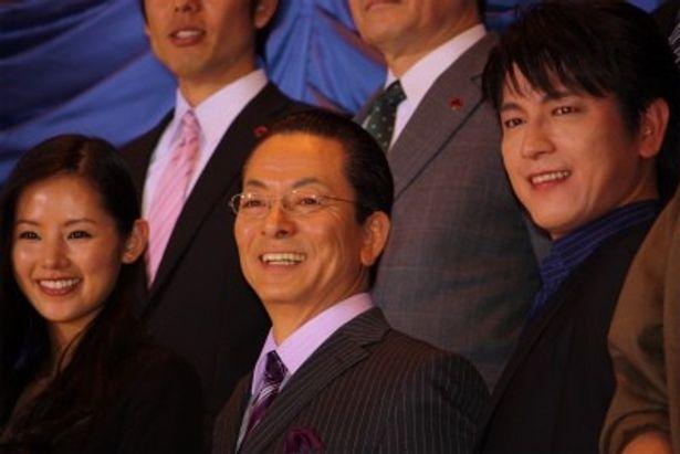 『相棒II』の初日舞台挨拶に登壇した水谷豊(中央)、及川光博、小西真奈美たち