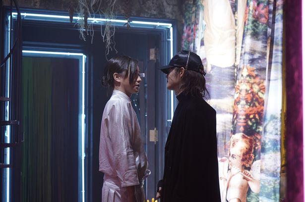 映画版の夜神月を演じた藤原とテレビドラマ版の夜神月を演じた窪田、勝つのははたして…