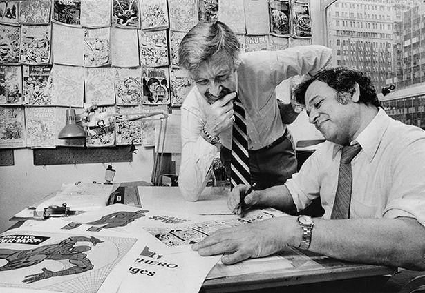 【写真を見る】70年代のスタン・リーと作画担当のジョン・ロミータ