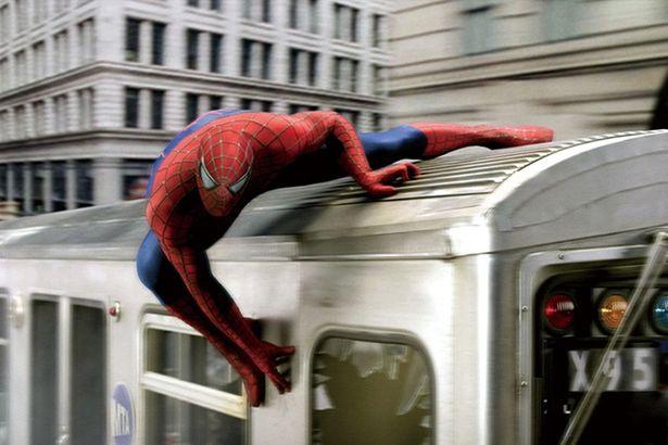 走る列車の上でもはがれない(写真は『スパイダーマン2』)