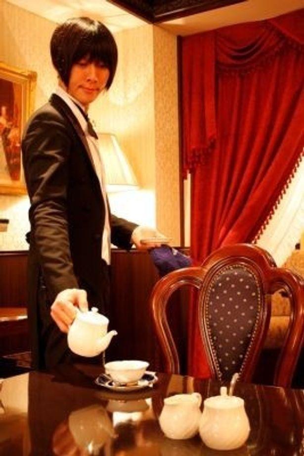 """""""執事トレイン""""では特注の菓子や紅茶も振る舞われ、参加者たちは""""お嬢様気分""""を存分に堪能したそう"""