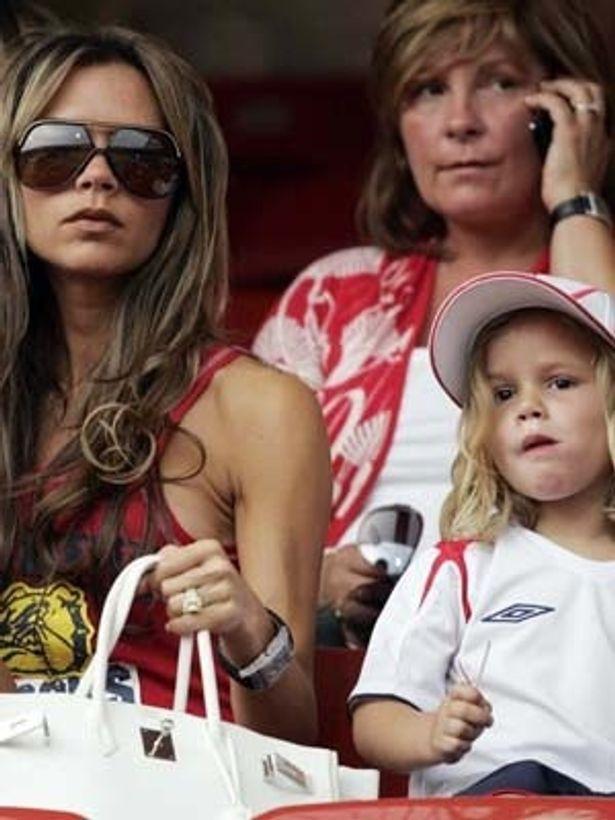 ロメオ君は、母のビクトリア・ベッカムのブランドで子供向けサングラスのコレクションをデザインしている