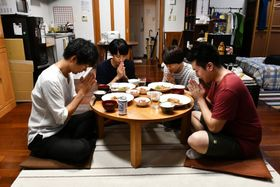 """2.5次元俳優たちがモグモグ…仕事の疲れを吹き飛ばす""""男飯""""がめちゃ美味しそう!<写真10点>"""