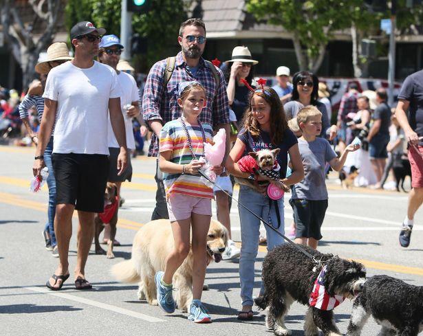子どもを連れて犬のお散歩