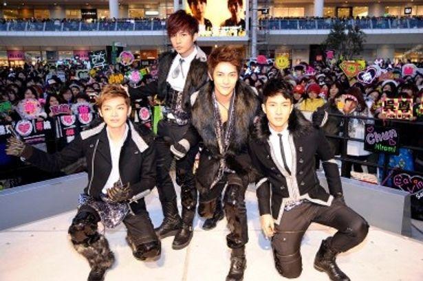 4thアルバム「太熱/SUPER HOT」のリリース記念イベントに登場した飛輪海のメンバーのケルビン、アーロン、ジロー、ウーズン(写真左から)