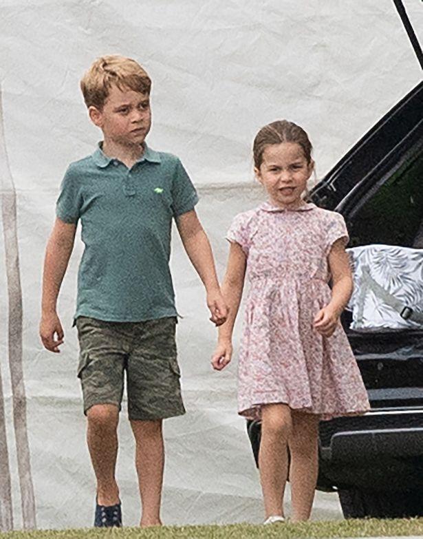 【写真を見る】身長がグンと伸びた!?パパの応援に駆けつけたジョージ王子とシャーロット王女の最新フォト