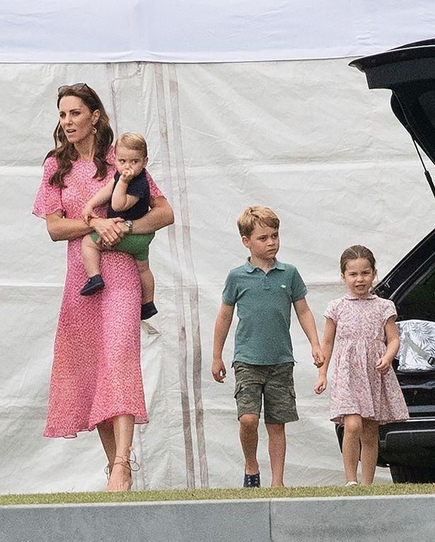 【写真を見る】ジョージ王子はほとんど着回し!?子どもたちのファッションに視線が集中