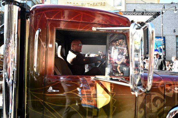 大きなトラックを自ら運転して会場に現れたドウェイン・ジョンソン