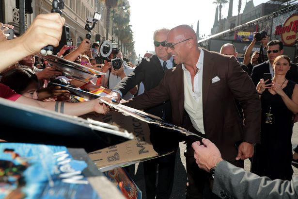 ドウェイン・ジョンソンが笑顔でファンサービス!