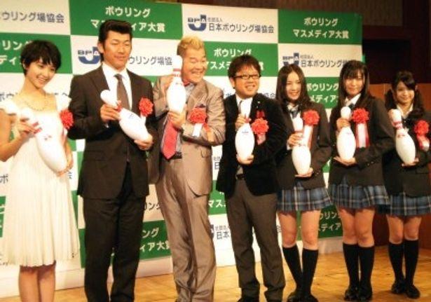 授賞式に出席した剛力彩芽、三浦大輔、キャイ~ン、SKE48(写真左から)
