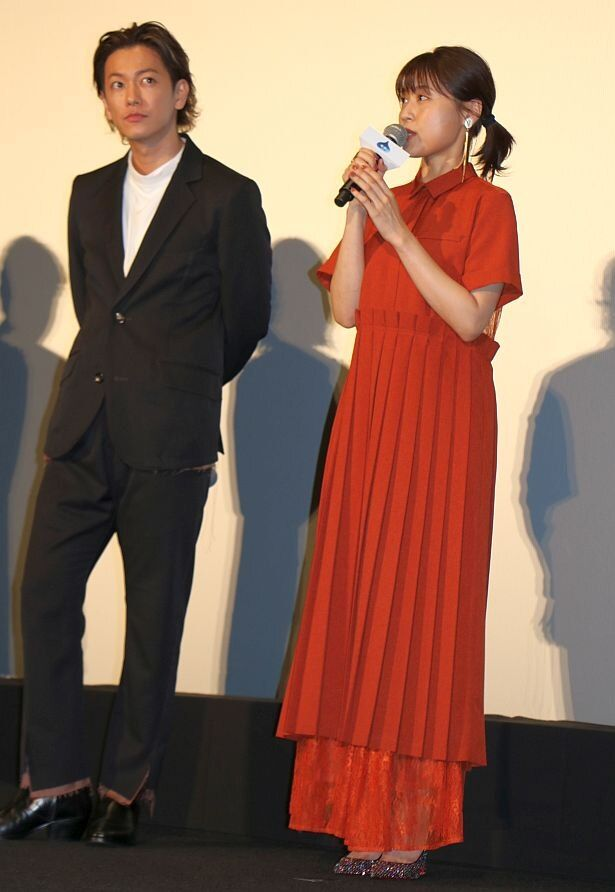 【写真を見る】佐藤健演じたリュカについて語る有村架純、真っ赤なロングドレスの全身ショット