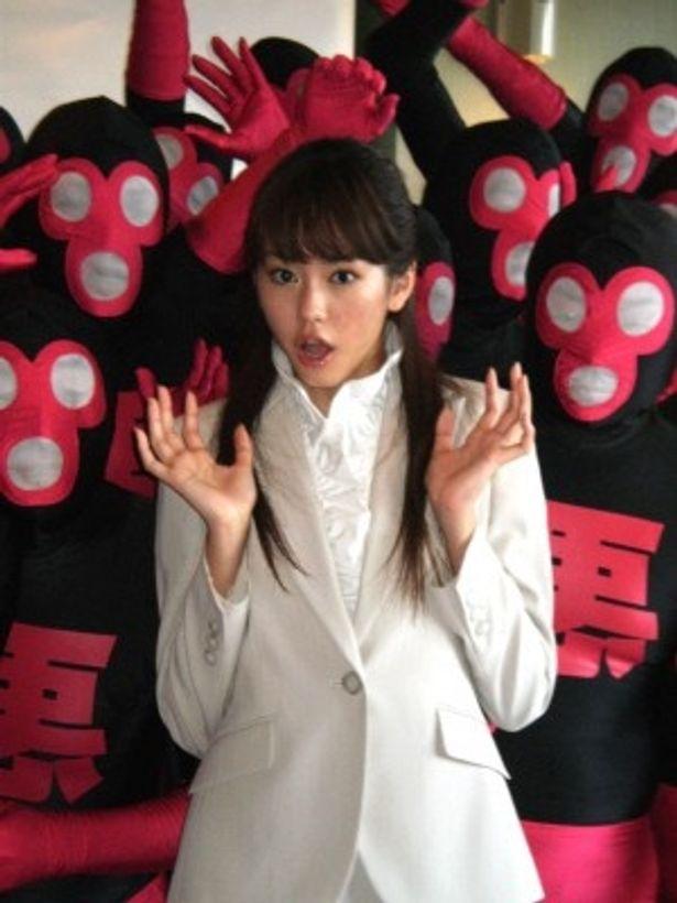 たくさんのヘンチメンに囲まれ驚く桐谷美玲