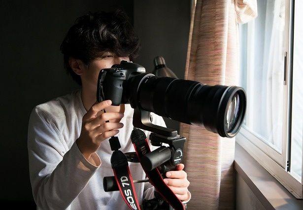 窓越しに望遠レンズで盗撮し、毎日千尋を監視するようになる三井