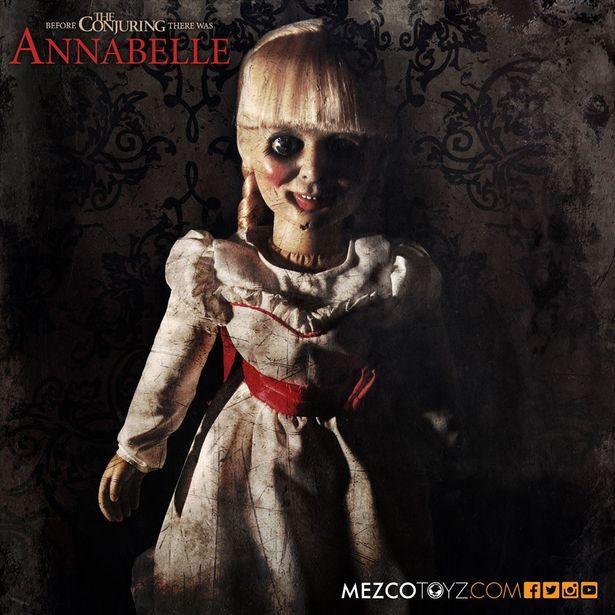 劇中の姿を忠実に再現したアイテムとなっている(「アナベル 死霊館の人形/ アナベル ドール プロップ レプリカ」)