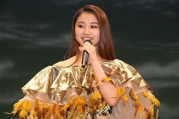 日本版オフィシャルソング「サークル・オブ・ライフ」を歌うRIRI