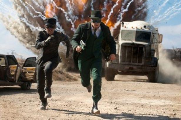 """グリーンのスーツに身を包んだヒーロー""""グリーン・ホーネット""""に変身した主人公とその相棒が激しいバトルを繰り広げる"""