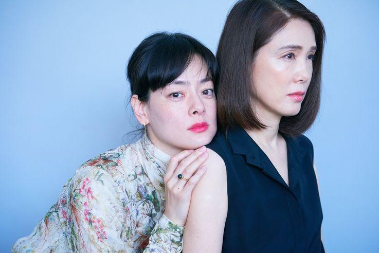 劇中では、複雑な関係を演じた2人だが、実際には姉妹のような仲のよさ!笑いの絶えない取材だった