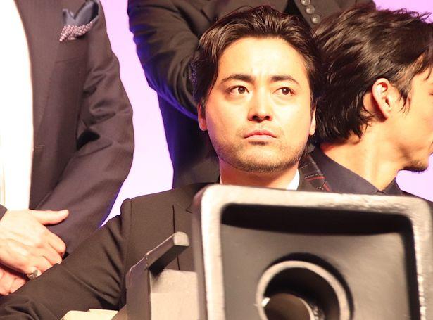 山田孝之、巨大カメラを構えてアピール!