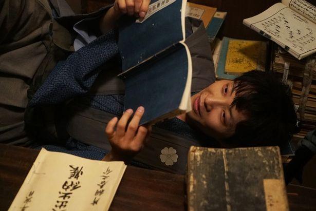 藩の書庫番である春之介は、人付き合いが苦手な本の虫。そんな彼に課せられた引っ越し責任者という重圧が悲 哀とユーモアを生む