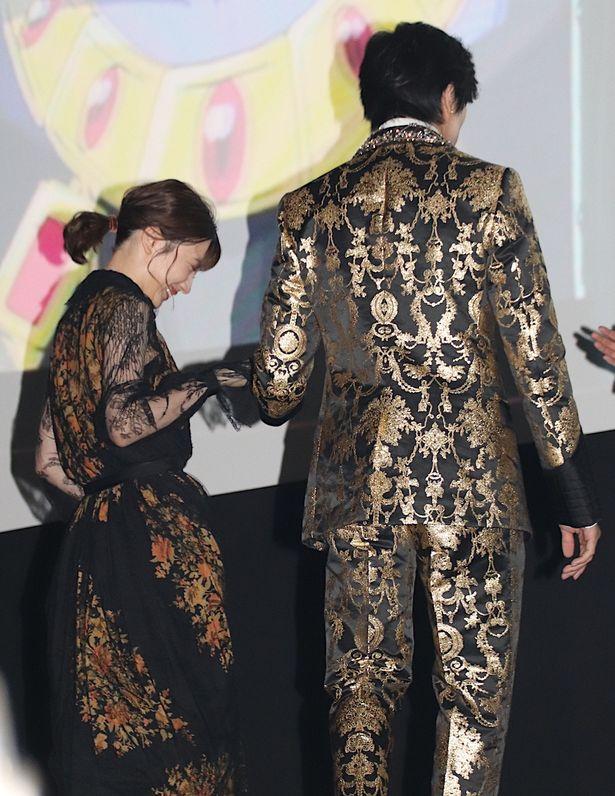 【写真を見る】新田真剣佑、永野芽郁の手を取りしっかりとエスコート!