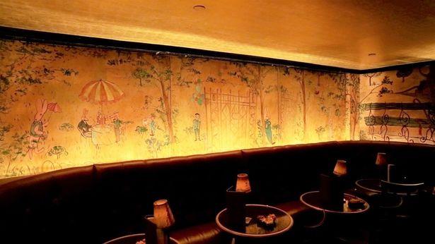 著名絵本作家が描いた壁画に彩られたバーは『グランド・ブダペスト・ホテル』の着想元となっている