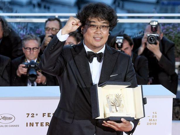 【写真を見る】初のパルムドール受賞となったポン・ジュノ監督、喜びのガッツポーズを披露!