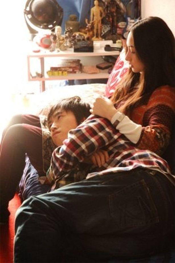 【写真をもっと見る】村上純扮する修一が、香椎由宇扮する恋人まりに膝枕をされるシーン