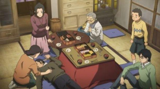 【写真】家族そろってコタツでおせちを囲み酔いつぶれ。まさに昭和の正月らしい風景